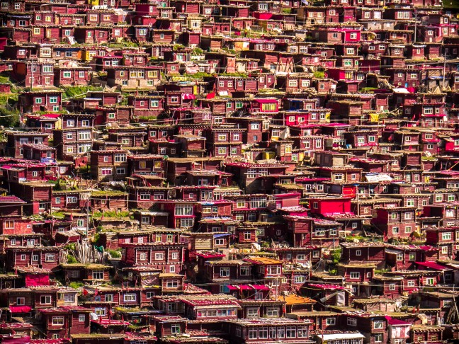 De houten huisjes van Larung Gar
