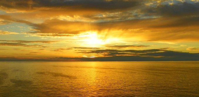 Waar kun je de zon het best in de zee zien zakken dan op zee zelf?