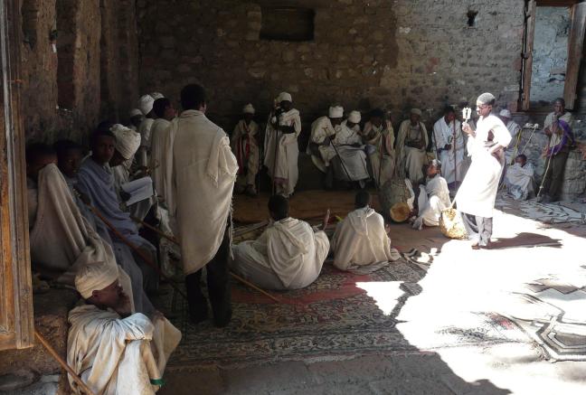 Gelovigen in de binnenhof van de rotskerk Nakuta La'ab