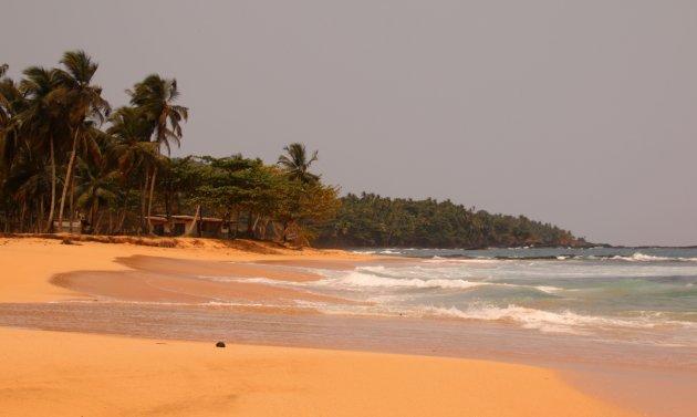 verlaten strand op Sao Tomé