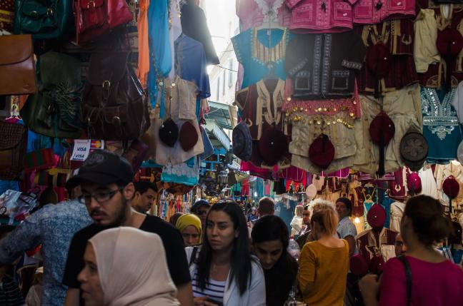 Kleurrijke, drukke medina