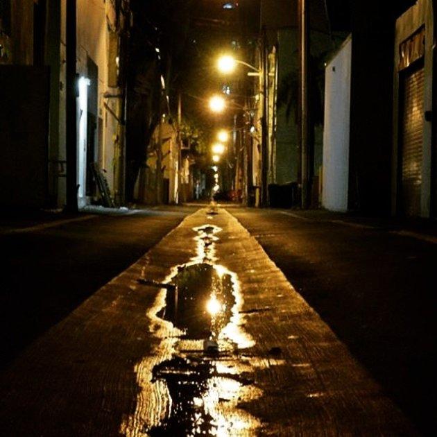 na regen komt ......de avond....een verlaten straat in Miami Beach