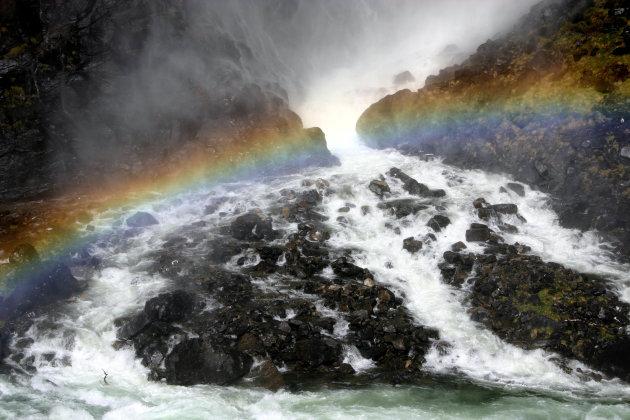 regenboog bij waterval