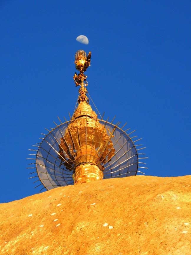 De maan in top in Kyaiktiyo