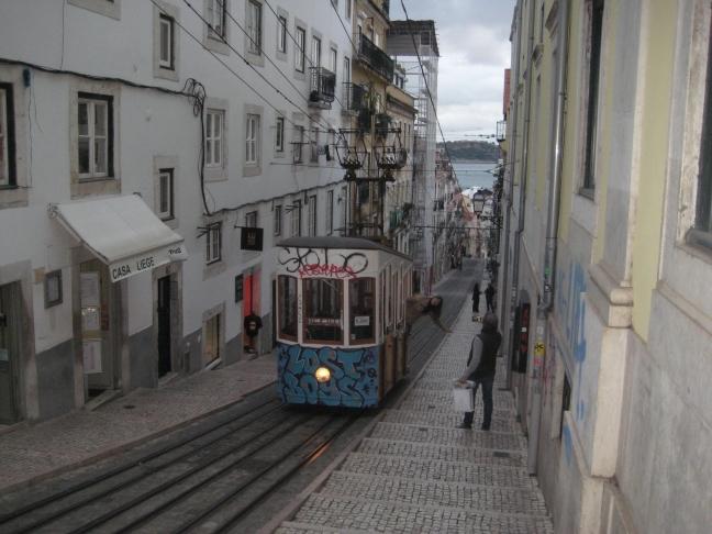 Met de tram.