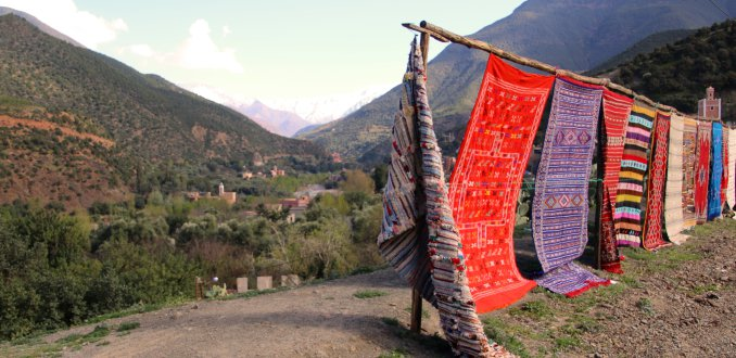 kleurrijke kleden in de Ourika vallei