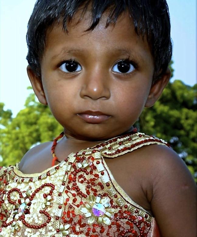 kind met grote donkere ogen