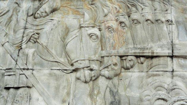 Paardenkoppen op het vrijheidsmonument