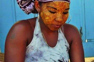 Malgasch meisje met schoonheidsmasker