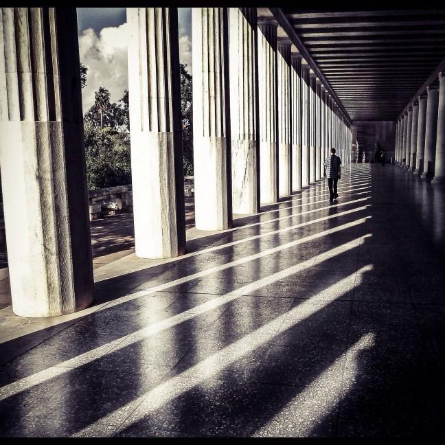 Een eenzame wandeling door de Stoa in Athene