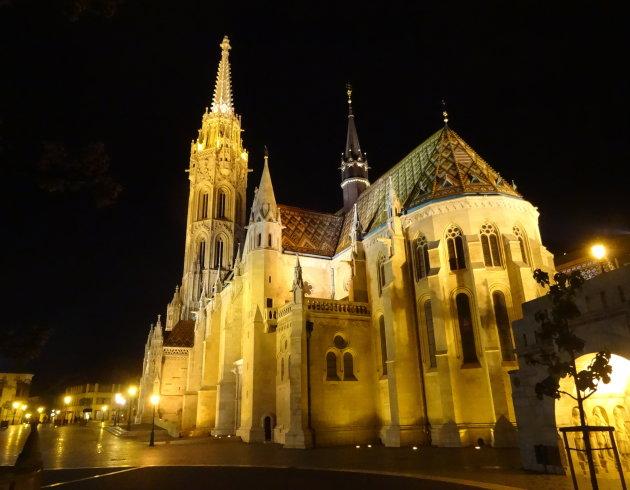 Matthiaskerk bij avond.