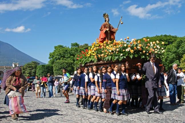 Processie en salsa in Antigua