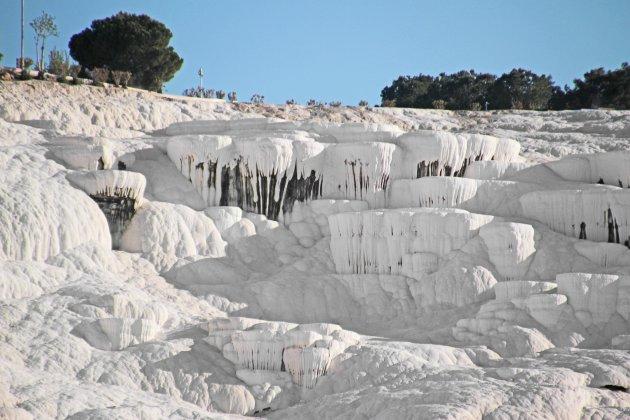 Kalksteenterrassen vanaf de onderkant