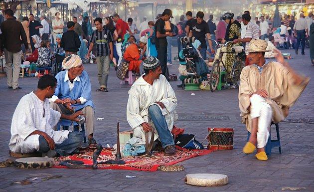 Thee en cobra's op het Djemaa el Fna plein
