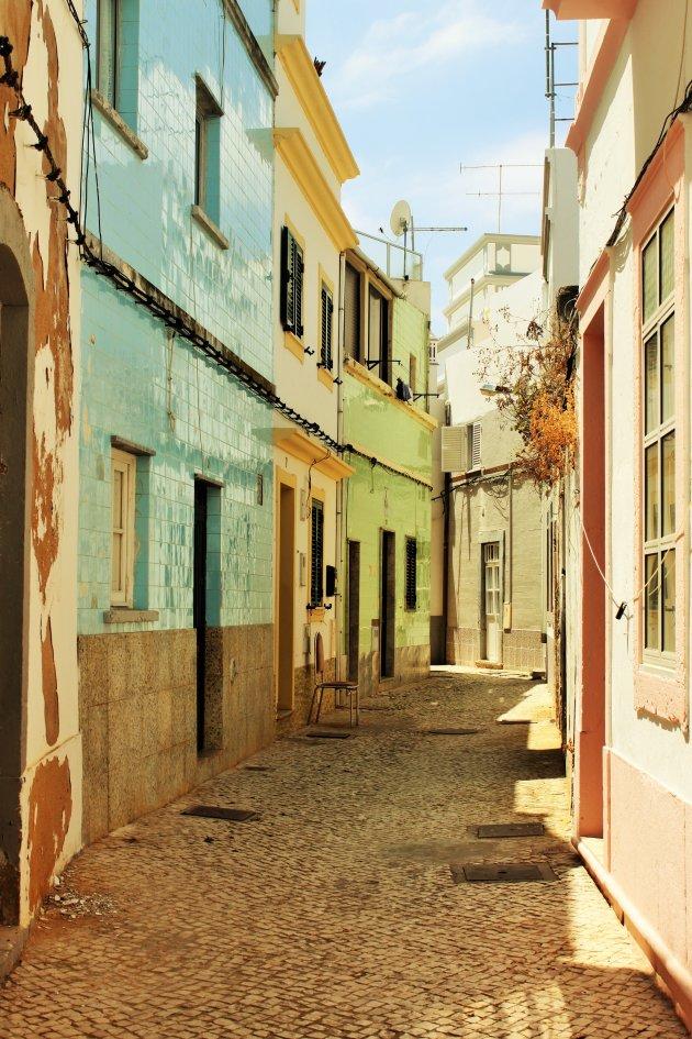 Straatje in de oude stadswijk van Olhão