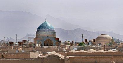 Windtorens en een mausoleum in de woestijnstad Yazd