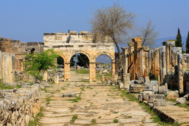Op het plateau voor de kalkterrassen de ruïnes van Hierapolis bezoeken