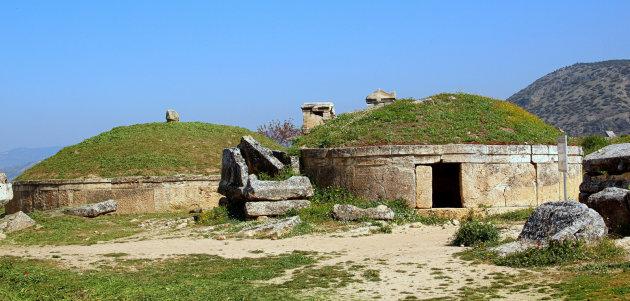 Hellenistische ronde graven bij de ruïnes van Hierapolis boven bij de kalkterrassen