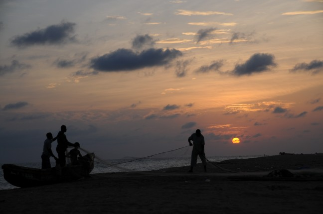 Vissers op het strand van Cotonou