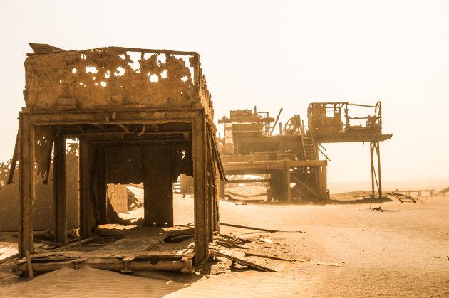 Olieboorplatform bij de geraamte kust