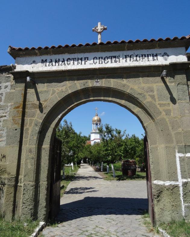 Door de poort