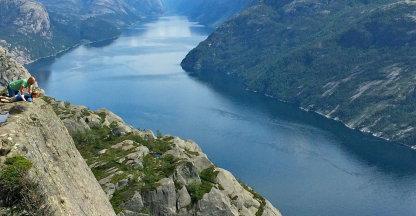 Over de rand van de Preikestolen, 605 meter boven het fjord