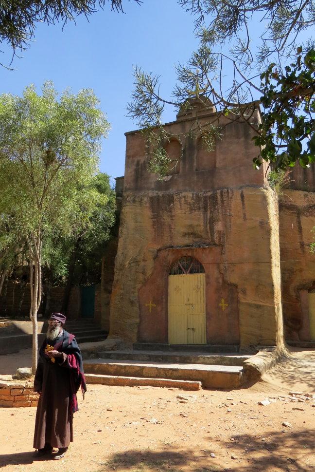 de priester en zijn kerk