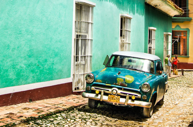 Gekleurde huisjes, klinkers en oldtimers