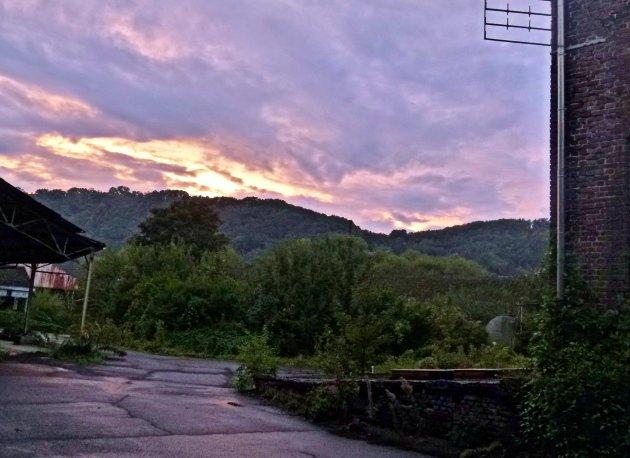 Zonsondergang boven verlaten industrieterrein