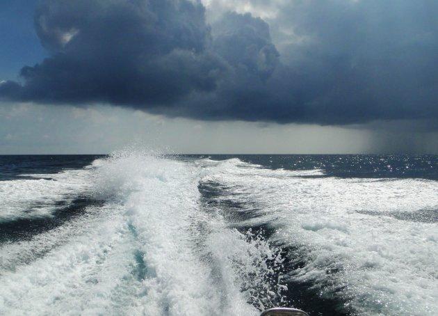 Regenbui op zee