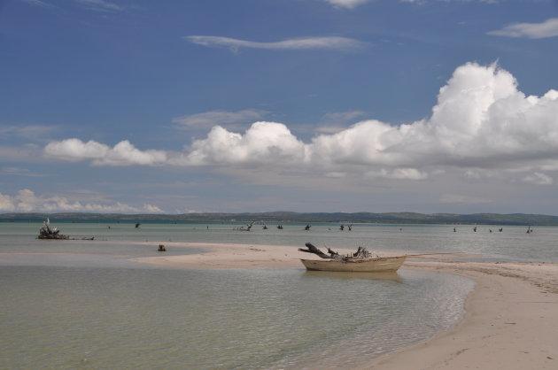 klein vissersbootje in idyllisch landschap
