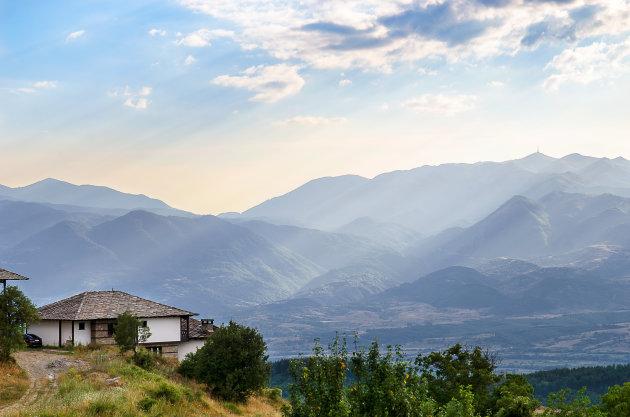 Uitzicht over de bergen vanuit Leshten