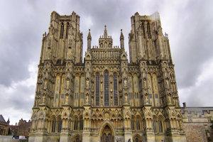De kathedraal van Wells in de wolken