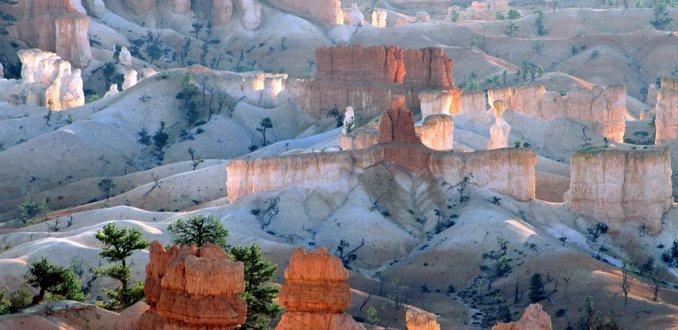 Licht op de rotstorens van Bryce Canyon