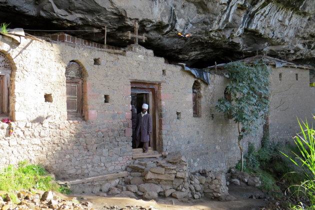 onder de rotsen