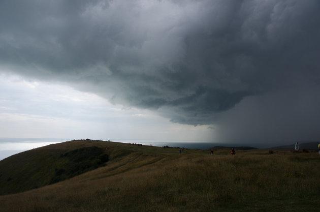Donkere wolken boven de Engelse zuidkust