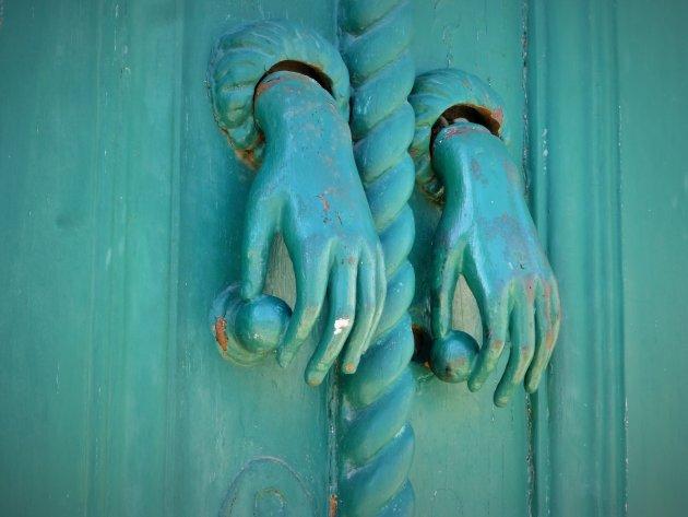 Twee linker handen deurkloppers