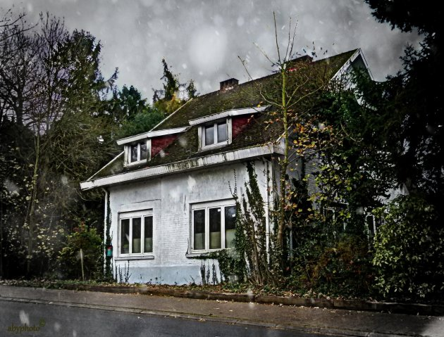 Eenzaam huisje in de regen