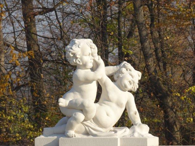 Spelende kinderen in het park van Wilanow