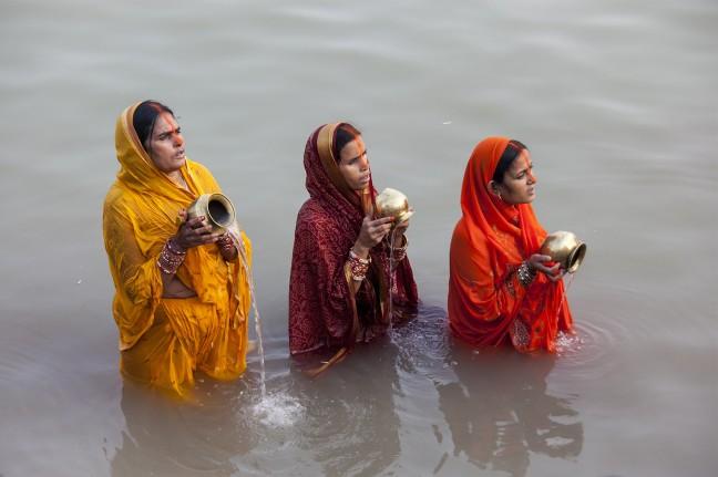 drie vrouwen zingen mantra's