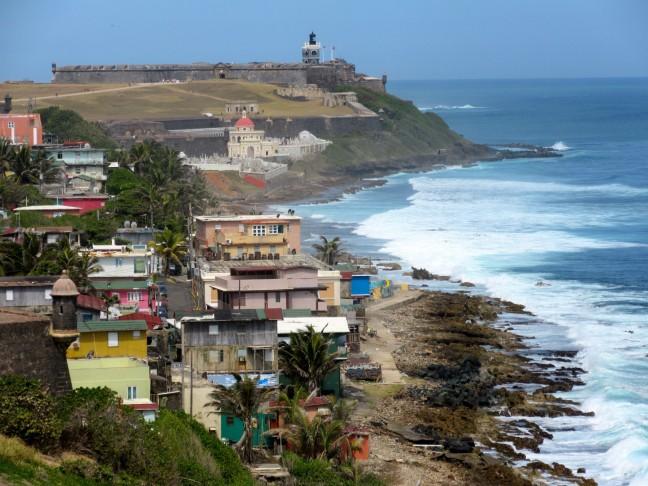 Puerto Rico, de oude stad van San Juan, op de achtergrond kasteel San Felipe Del Morro