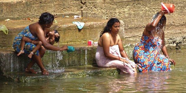Wassen in de Menik Ganga rivier