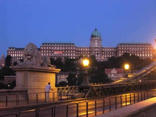 szechenyi lanchid met het paleis op de achtergrond!
