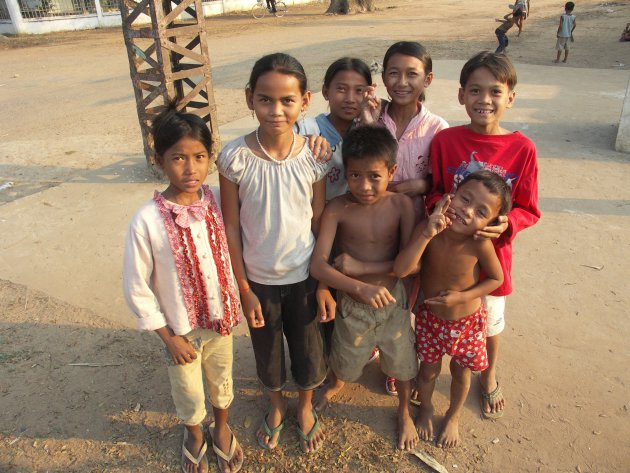 Groepje kinderen Platteland Cambodja