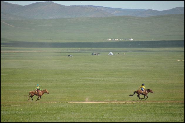 De tweede en de derde plaats bij de paardenrace