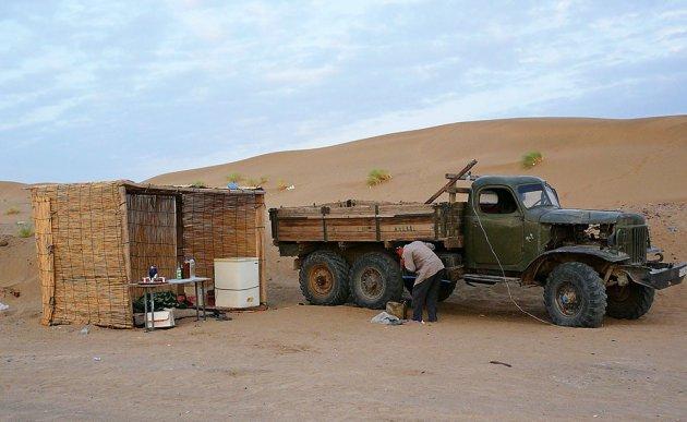 Even tanken in de Karakum woestijn