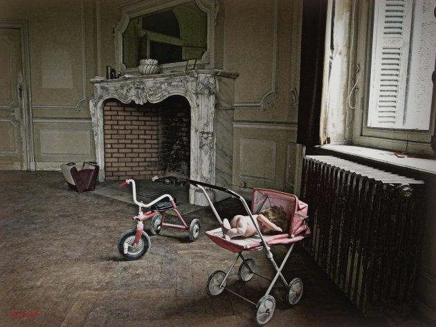 Achtergelaten bij de schouw: kinderfietsje en poppenwagen
