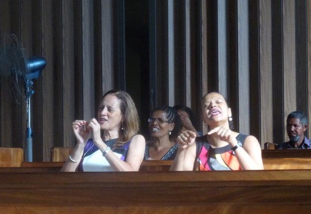 In de kerkbanken