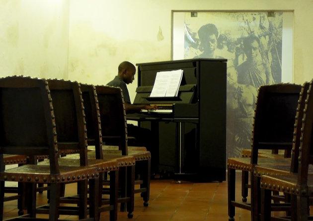 Piano speler in het oude Portugese fort in Maputo