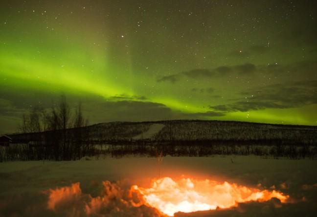 Rond een warm vuurtje genieten van het noorderlicht